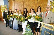 Obermeister Klaus Borchers (links) und Lehrlingswart Heinz Wolkenhauer überreichten den Lehrlingen mit den besten Abschlüssen je ein Blumengebinde und ein Geschenk.