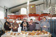 Unser Bild zeigt OM Karl Stopper (2. von links) und Bäko-Geschäftsführer Gerolf Otto (links) mit Brotprüfer Andreas Rott (3. von links) mit den Bäckermeistern von der Bäckerinnung Zollernalb.