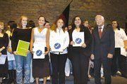 Die Innungsbesten erhielten einen Förderpreis von der Stiftung der Bäko Süd-West, rechts HWK-Präsident Walter Desch.