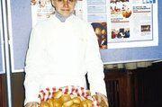 """Weibliche Bäcker-Azubis verteilten frische Brötchen und gaben einige """"Kopfnüsse"""" zum Knacken auf."""