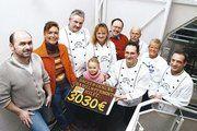 """18 Betriebe der Bäckerinnung Hameln-Pyrmont zeigt Flagge, klinkt sich in die Aktion """"Hilfe für Flutopfer"""" ein und präsentiert am Ende stolz das Sammelergebnis von 3030 Euro."""