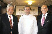 Preisträger Thomas Effenberger (Mitte), umrahmt von Reinhold Schulte (rechts), Vorstandsvorsitzender der Signal Iduna und Kammerpräsident Peter Becker.