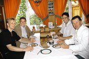"""OM Alfred Schweizer (vorne rechts), Pius Horn (hinten rechts), Jochen Holweger (vorne links) und Bäko-Geschäftsführer Gerolf Otto (hinten links) bei einer der wichtigen Verkostungen des neu geschaffenen """"Dinkel-Fit-Brotes"""" im Haus der Bäckerei mit Ca"""