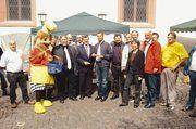 Unter den zahlreichen Gästen beim Kurpfälzer Brotmarkt waren auch Geschäftsführerin Ute Sagebiel-Hannich (3. von rechts) und LIM Walter Augenstein (5. von links) vom Bäckerinnungsverband Baden.