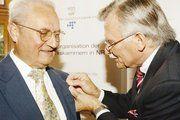 Franz-Josef Knieps (rechts) schmückt Wolfgang Miehle mit der Goldenen Ehrennadel des WHKT.