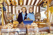 Anja Voigt (links) und Jana Brysch stellten beim Brotmarkt Spezialitäten des Ottendorfer Mühlenbäckers vor.