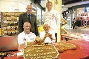 Brotprüfer Michael Isensee (links) und Assistent Karl Gutzeit (rechts) in voller Aktion, im Beisein von Obermeister Jan-Henning Körner und Innungsgeschäftsführer Heinz Essel.