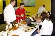 Die Besprechung mit dem Prüfer gehört für Matthias Kaspar (M.) und seinen Mitarbeiter zur Brotprüfung mit dazu.