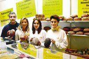"""Unter dem Motto """"Gesund mit Brot"""" präsentierte die City-Bäckerei Maus frische und gesunde Qualität aus handwerklicher Produktion. Bäckermeister Rolf Maus, Gattin Ellis Maus, Tochter Janine und Annette Schmidt (v.l.) stellen das Godesberger Einkornbro"""