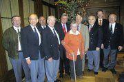 Obermeister Jan-Henning Körner (2.v.r), Bäcker-Präsident Peter Becker (M.) und Sängerpräsident Hartmut Körner (3.v.l.) begrüßten unter dem Tannenbaum die ältesten Anwesenden und Ehrenmitglieder.
