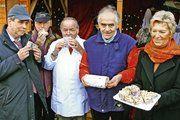 Lebensmittel-Prüfer Heinz-Peter Kohlgrüber (Bildmitte) war voll des Lobes für den westfälischen Stollen aus der Innung Soest-Lippstadt. Obermeister Bernhard Amelunxen (2.v.r.) freute sich über das dicke Lob des Stollen-Experten mit eigener Fernseh-Se