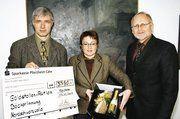 Obermeister Martin Reinhardt (links) von der Bäckerinnung Nordschwarzwald und seine Mitstreiterin Kerstin Kraus überreichten Landrat Karl Röckinger den Spendenscheck der erstmaligen Goldstollen-Aktionen.
