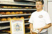 """Bäckermeister Hans Breiter produziert in seinem Betrieb die von Lehrlingen entwickelte """"Kumpelkruste"""" und begeistert mit dem unverwechselbaren Brot seine Kunden."""