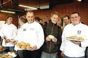 Karl-Ernst Schmalz im Kreise der Fachschulklasse bzw. der ihm assistierenden Vorstandsmitglieder der Bäckerinnung in Südwestfalen.