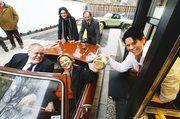 Bei der ersten Fahrt durchs das beck-drive in Forchheim: Im Auto Petra Beck, Geschäftsführerin Der Beck und Franz Streit, 2. Bürgermeister von Forchheim.