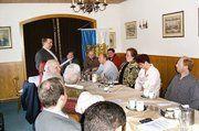 Auf der Versammlung der Bäckerinnung Saarbrücken: Obermeister Hans-Jörg Kleinbauer (stehend) appellierte an seine Kollegen, die Arbeit der Innung und des Landesverbandes weiterhin zu unterstützen.