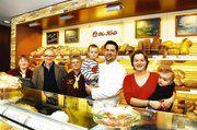Alles Bäcker, oder was? Das Famileienteam der Bäckerei Kolb (von rechts): Julia Kolb mit Sohn Leonard und Jochen Kolb mit Sohn Henri, Verkäuferin Ursula Wörner, Jörg Ernst von Cubus3-Ladenbau und Verkäuferin Anette Milicki.