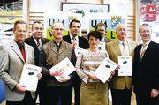 Bayerns Umweltminister Werner Schnappauf (rechts) und BHT-Präsident Heinrich Traublinger überreichten den Bäckern die Urkunden für umweltbewusste Betriebsführung.