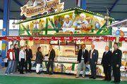 """""""Wir verkaufen mobile Existenzen,"""" meinten die Mitarbeiter der Firma Fischer (von rechts) Gerhard Lottus, Werner Schmid (Außendienstmitarbeiter), Verkaufsleiter Tobias Mendle und Geschäftsführer Georg Fischer beim Messerundgang zu den Pressevertreter"""