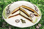 Die Fußball-Torte aus der Pfalzgraf Konditorei ist nicht nur während der EM ein Hingucker.