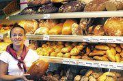 Visuelle Kunden treffen ihre Kaufentscheidung mit dem Auge. Deshalb rückt Manuela Pfeiffer von der Bäckerei Held in Dietenhofen die Waren gerne ins Licht.
