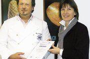 Bäcker- und Konditormeister Hans-Jürgen Tackmann unterzeichnete gemeinsam mit Schulleiterin Dagmar Drummen den Kooperationsvertrag.