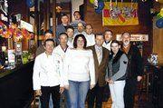 Die beiden geehrten Bäckerei-Fachverkäuferinnen Verena Höck und Nathalie Spädt umgeben von der Vorstandschaft der Bäckerinnung Mosbach mit Obermeister Friedbert Englert, von Direktor der Bäko Süd-West, Hans Schneider und vom Geschäftsführer der Kreis