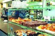 """Der Röster """"Hochland Kaffee"""" ist mit einer Kaffeebar im Buchhandel präsent – ein Geschäft, das auch ein Bäcker machen könnte."""