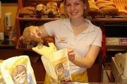 """Verkäuferin Yvonne Jourdan packt derzeit die Waren in die """"Dreck-weg-Wochen""""-Tüte"""