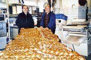 Die beiden Alt-Bäckermeister aus Nersingen und Weißenhorn stellten für die Bedürftigen der Ulmer Vesperkirche 35 Riesenzöpfe her.