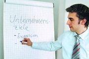 Sich als Chef die Ziele, die gegenwärtige Positionierung sowie Stärken und Schwächen des Unternehmens zu vergegenwärtigen, ist der erste Schritt: Die Analyse den Mitarbeitern vorzustellen, der wichtige Zweite.