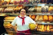 Während der Fußball-Europameisterschaft sollte die Verkäuferin natürlich nicht nur mit dem Ball unter dem Arm hinter der Theke stehen. Um hier bei den Kunden zu punkten, könnten beispielsweise in dieser Zeit alle Verkäuferinnen mit Trikots als Berufs