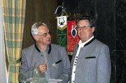 Karl Hieber (r.) singt seit 50 Jahren in der Sängerrunde. Vorstand Wittmann gratulierte mit einer Medaille des bayerischen Verbands und der Ehrenmitgliedsurkunde der Münchner Kollegen.