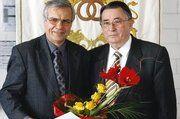 Wolfgang Rühle (rechts.), Präsident der HWk Chemnitz, zeichnete Dietmar Möbius mit dem goldenen Ehrenzeichen der HWK Chemnitz aus.