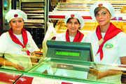 """Die adrett und einheitlich gekleideten Verkäuferinnen vermitteln dem Kunden allein schon durch ihr Äußeres einen positiven Eindruck: """"Diese Bäckerei ist gut organisiert – es wird sauber und ordentlich gearbeitet."""" Fotos: Stökle Fo"""