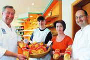 Obermeister Christoph Riede, Verkäuferin Silvia Wickert, Schwiegertochter Annette Riede und Juniorchef Bernd Riede mit dem König Lustik-Baguette, das den Absatz um 90 Prozent erhöht hat.