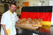 """Michael Großmann zeigt stolz die 16 Brotsorten zur Brot-EM: """"Es macht einfach Spaß sich als Bäcker auf diese Art und Weise an der EM zu beteiligen."""""""