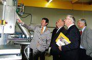 Siegfried Schedel (links) bei der Führung von Staatsminister Miller (zweiter von links) und den Festgästen durch seinen neuen Betrieb.