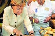Ein herzhaftes Schmalzbrot der Bäckerei Johann Mayer weckte den Appetit der Bundeskanzlerin beim 34. Sommerbiwak.