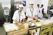 Auszubildende des Bäckerhandwerks machten den Schülern eine Lehre in der Branche schmackhaft.