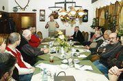 Blick in die Versammlung, vorn in der Mitte stehend Hans-Peter Rauen während seiner Ausführungen über Bio-Bäckerei.