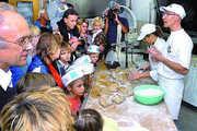 Vor vielen interessierten Kunden demonstrierten Melanie Willand und Jürgen Kreher wie Brot und andere Backwaren handwerklich hergestellt werden.