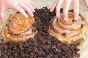 Rosinen werden mit einer ganzen Reihe von Chemikalien behandelt, bis sie zum Verzehr gelangen. Das gilt, wie Lebensmittelkontrolleure in Baden-Württemberg herausfanden, leider auch für Bioware aus der Türkei.