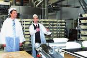 Geschäftsführer Rocco Grunwald (rechts) erläutert Staatsminister Frank Kupfer die moderne Brotlinie.