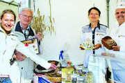 Was ist drin im täglich Brot? Die Ernährungsberater Birgit Wagner (Mitte) und Michael Steege (rechts) beantworteten den Brotfest-Besuchern viele Fragen rund um Gesundheit und Fitness.