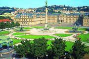"""Stuttgart ist eine Großstadt mit vielen Facetten und Perspektiven: Blick vom Schlossplatz auf die bewaldeten Hänge. Rechts das neue Kunstmuseum mit dem Restaurant """"Cube""""."""