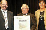 Rainer Tabler erhielt eine Ehrenurkunde zum 125-jährigen Bestehen seines Betriebes.