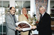 Karl Nordhofen und OM Winfried Laux dankten mit Geschenken dem ausscheidenden Dr. Heinrich May (von links).