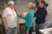 Bäckermeister Torsten Hacke erläutert vor laufender Kamera, warum er gegen die EU-Nährwertprofile ist.