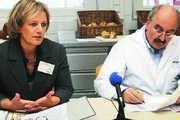 BIV-GF Bettina Emmerich-Jüttner und Schulleiter Wilhelm Hundertmark informieren die Presse.